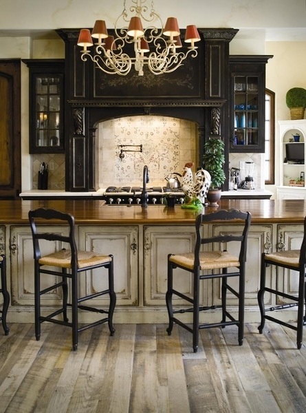vintage_and_distressed_cabinets_in_southern_kitchen