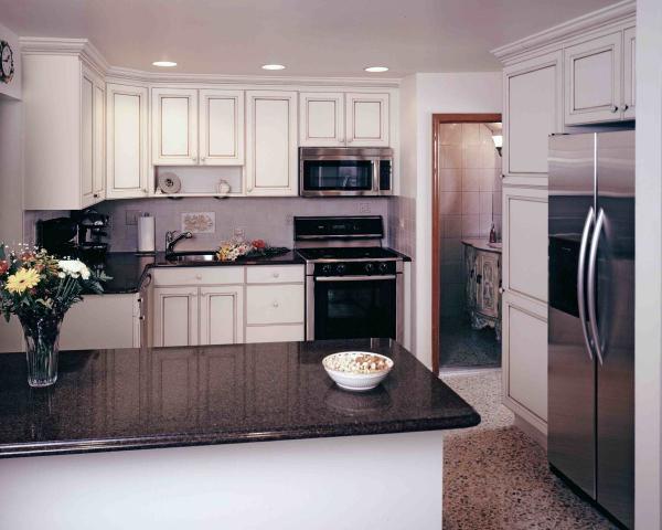 5 design tricks that make your small kitchen look larger. Black Bedroom Furniture Sets. Home Design Ideas